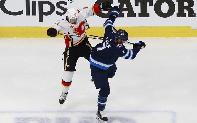 Mikael Backlund (Calgary Flames) ja Dmitri Kulikov (Winnipeg Jets)