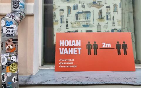 Social distancing sign on Rüütli tänav in Tartu.