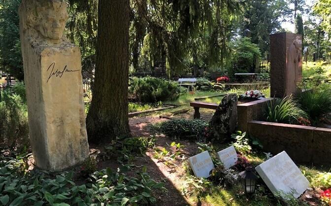 Juhan Simmi hauasammas ja hauakivid