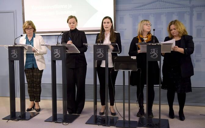 Soome valitsuse ministrid: vasakul justiitsminister Anna-Maja Henriksson, paremal äärel rahvastiku- ja sotsiaalteenuste minister Krista Kiuru, keskel peaminister Sanna Marin.