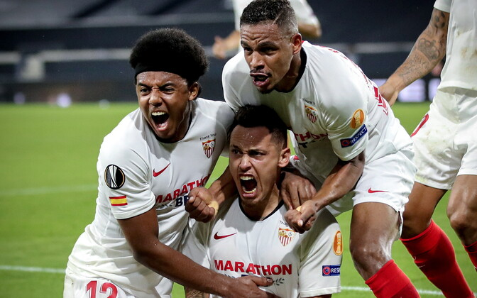 Sevilla mängijad Lucas Ocampose väravat tähistamas