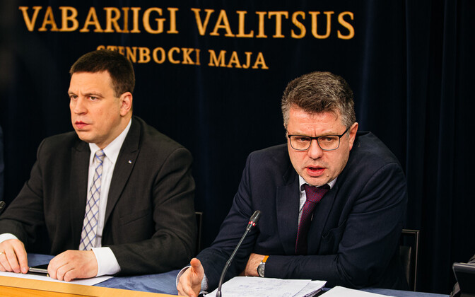 Prime Minister Jüri Ratas (Center) and foreign minister Urmas Reinsalu (Isamaa) at Thursday's regular government press conference.