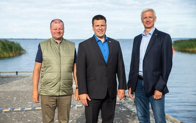 From left, Lithuanian Prime Minister Saulius Skvernelis, Jüri Ratas, and Krisjanis Karins, Latvian premier, near Tartu Friday.