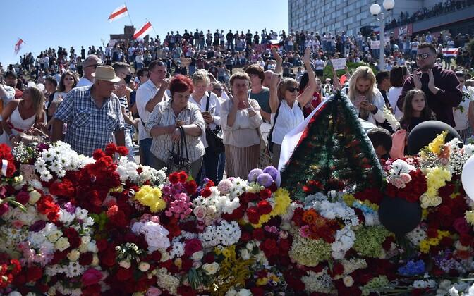 Opositsiooni toetajad mälestavad protestide käigus surma saanud Aleksandr Taraikovskit.