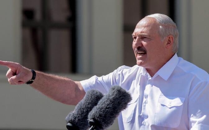 Lukašenko kõnet pidamas.