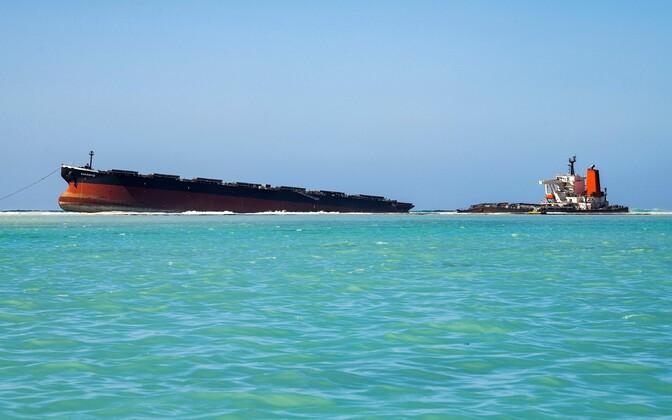 Karile sõitunud tanker Wakashio Mauritiuse rannikul.