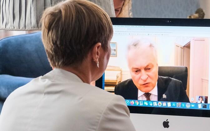 President Kersti Kaljulaid vestlemas arvuti vahendusel oma Leedu kolleegi  Gitanas Nausėdaga.