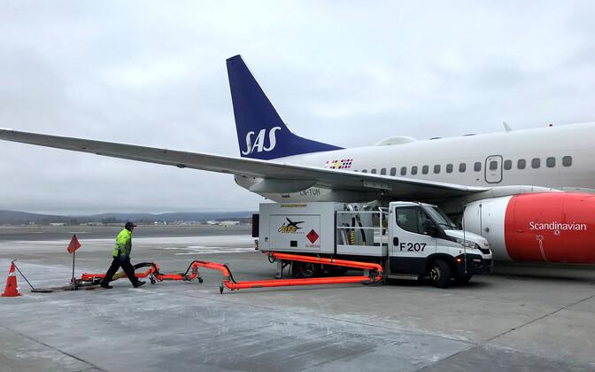 SAS-i lennuki tankimine Oslo lennuväljal.
