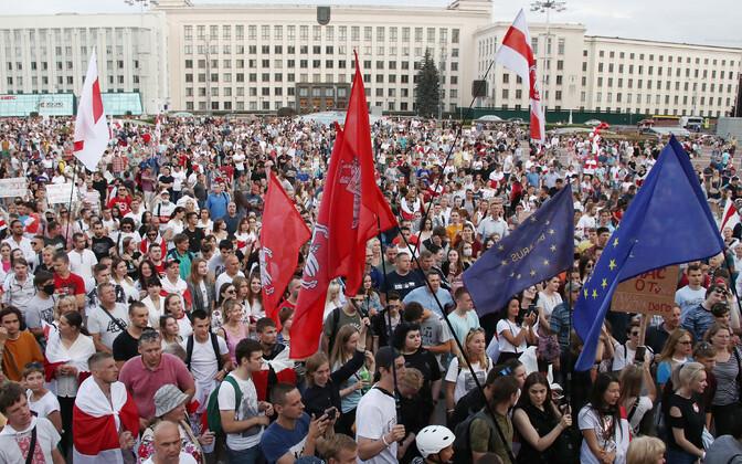 Valgevenelaste meeleavaldus Minskis Isesiesvuse väljakul teisipäeva õhtul.