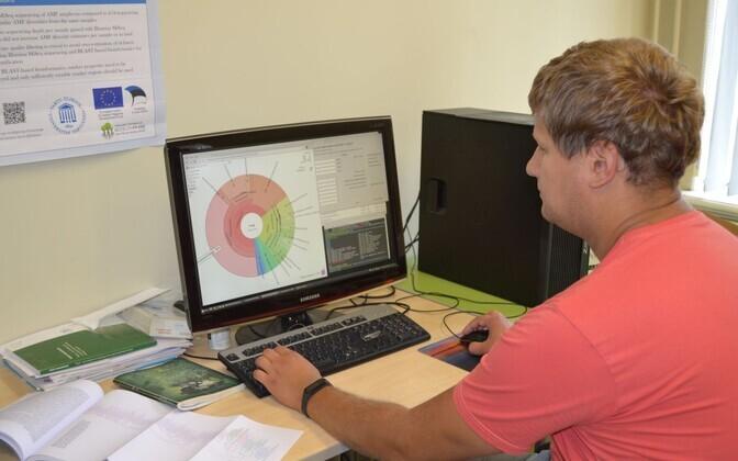 Martti Vasar enda koostatud programmiga gDAT AM seente elurikkust analüüsimas