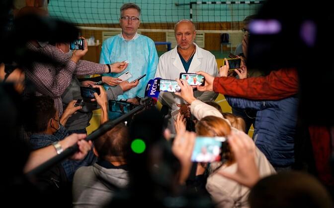 Заместитель главврача Омской больницы скорой помощи №1 Анатолий Калиниченко отвечает на вопросы журналистов.