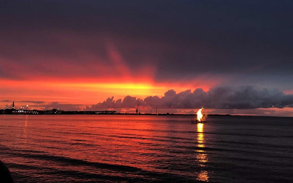Костер на море в Ночь древних огней.