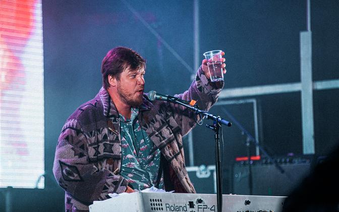 """Laitmatu huumorisoone ja esinemiskindlusega Jarek Kasar ehk Chalice tõmbas publiku kaasa ning kogus lava ette vist peaaegu kõik festivali """"Mägede hääl"""" külastajad."""
