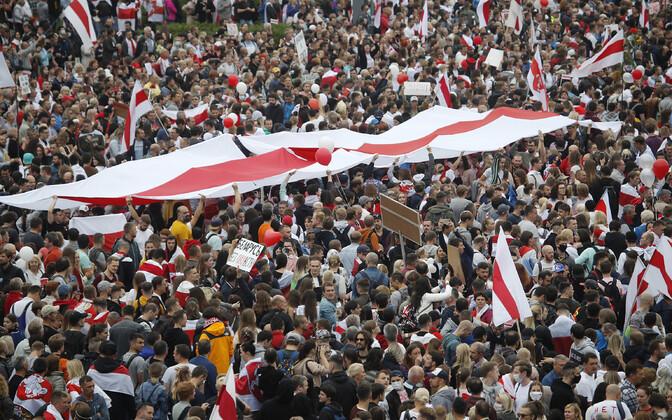 Minskis meeleavaldusele kogunenud inimesed Valgevene ajaloolise lipuga.