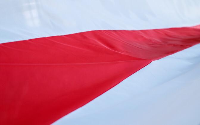 Meeleavaldajate poolt kasutatav Valgevene rahvuslipp.