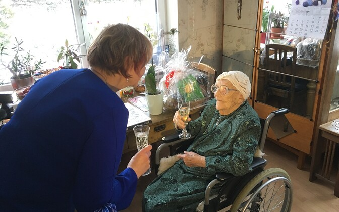 Eesti vanim elanik, Marta Kivi, eelmisel aastal oma 107. sünnipäeva tähistamas.