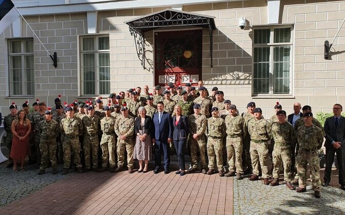 Prime Minister Jüri Ratas at the Stenbock House on Monday, together with British and Danish soldiers, the ambassadors of both countries, and other NATO personnel.