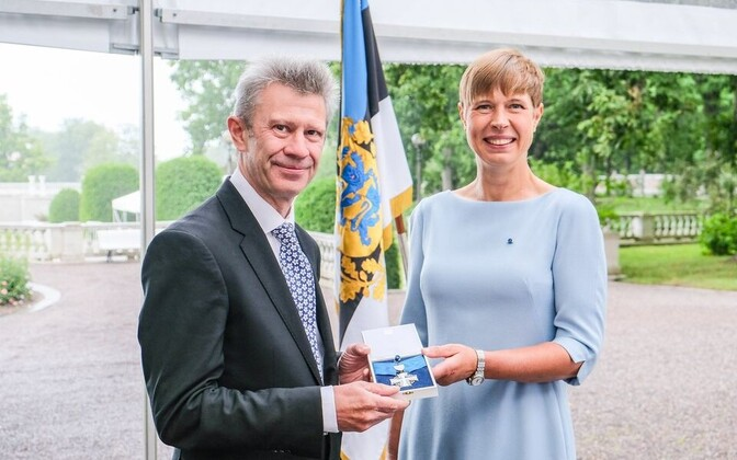 Nick Gurr receiving his Order of Terra Mariana from President Kersti Kaljulaid.