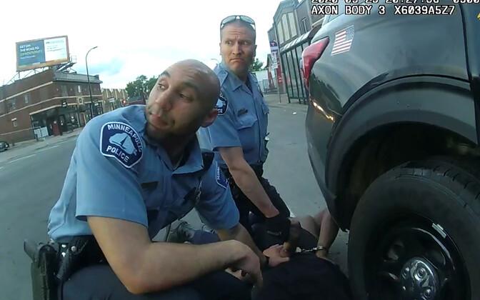 George Floydi vahistamine nähtuna ühe politseiniku, Thomas Lane'i kehakaamerast. Parempoolne politseinik on Derek Chauvin.