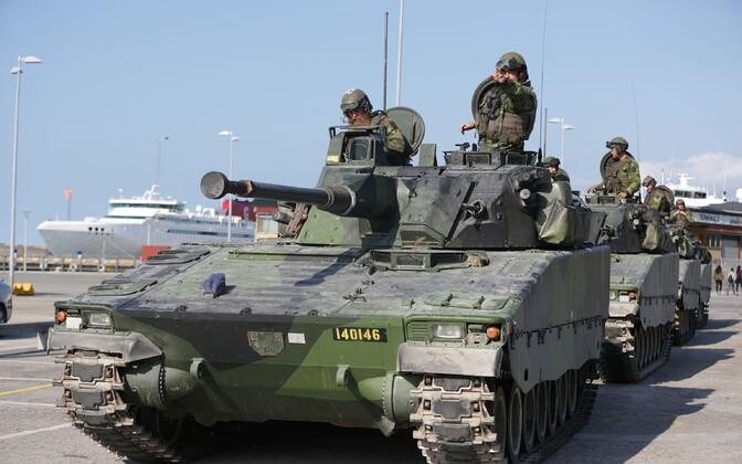 Rootsi relvajõudude lahingumasin Visby sadamas Gotlandil.