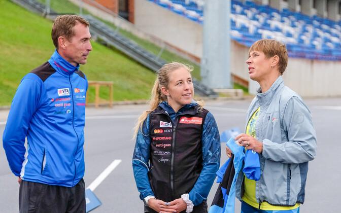 Laskesuusakoondise peatreener Indrek Tobreluts, Johanna Talihärm ning Kersti Kaljulaid