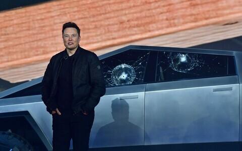 Elon Musk Cybertrucki esitlusel.