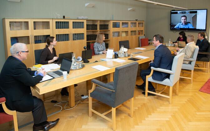 Põhiseaduskomisjoni istung kevadel, videosilla vahendusel osaleb istungil komisjoni liige Hanno Pevkur.