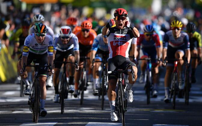 Riski võtnud Caleb Ewan võitis Tour de France'i kolmanda etapi