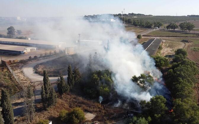 Hamasi võitlejate süüdatud põleng Iisraelis.