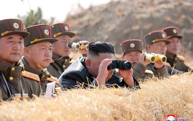 Kim Jong-Un jälgimas koos ohvitseridega raketikatsetusi.