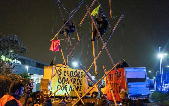 Extinction Rebellioni aktivistid blokeerimas trükikoja sissepääsu.