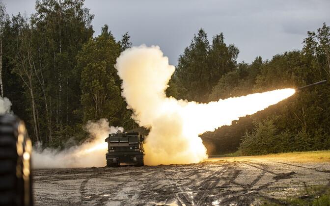 Стрельбы из пусковой установки MLRS.