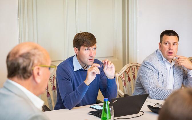 Peaminister Jüri Ratas ning Martin ja Mart Helme.