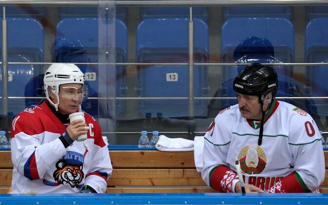 Vladimir Putin (vasakul) ja Aleksandr Lukašenko eelmise aasta veebruaris Sotšis korraldatud hokimängu ajal.