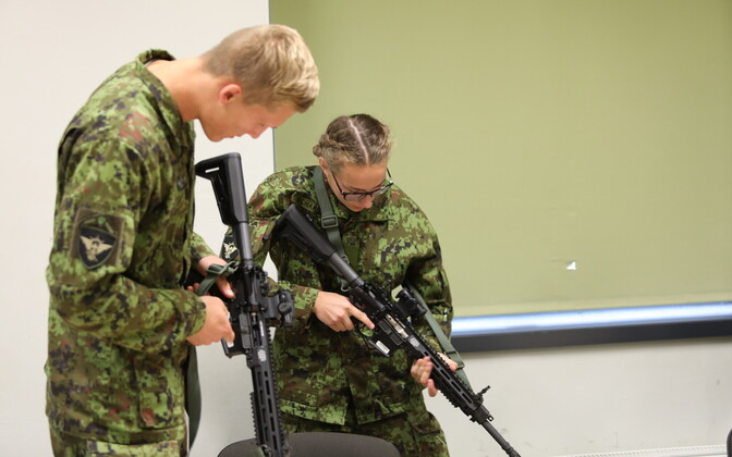 Officers and NCO's getting acquainted with the LMT R-20 Rahe.