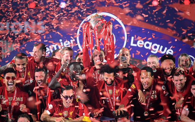 Liverpooli mängijad Inglismaa meistritiitlit tähistamas