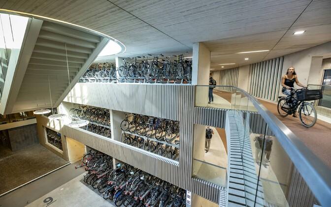 Hollandis Utrechti linnas avati hiljuti maailma suurim jalgrattaparkla, kus on kohti 13 000 kaherattalisele.