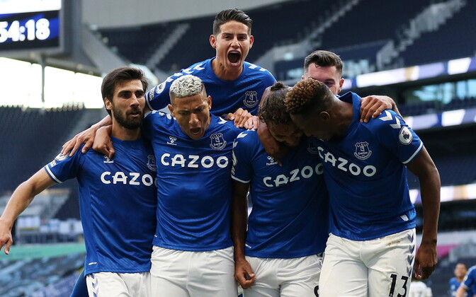 Evertoni mängijad võidu toonud väravat tähistamas