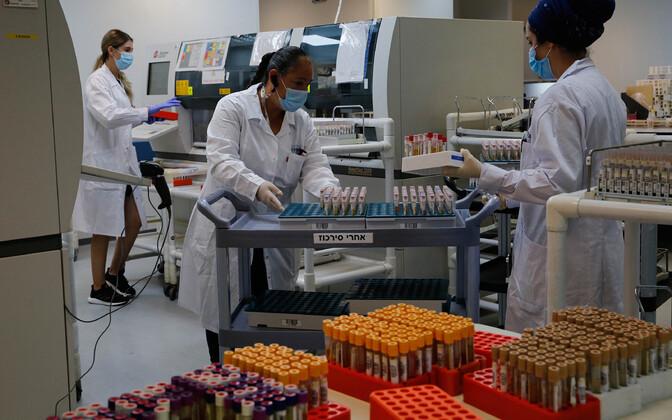 Medtöötajad Iisraeli Yehuda linna haiglas viiruseteste tegemas.