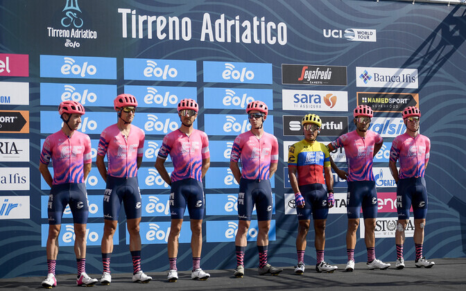 Tanel Kangert (vasakult kolmas) ja EF Pro Cycling meeskond