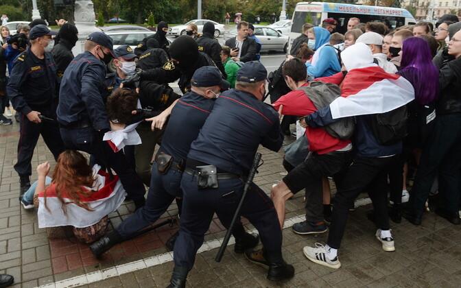 Valgevene miilits meeleavaldajate kallal vägivallatsemas.