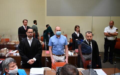 Марк Шмидт (в центре) в зале суда.