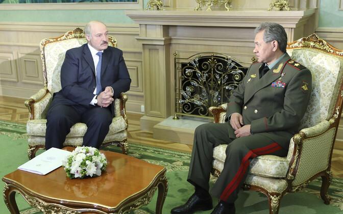 Valgevene president Aleksandr Lukašenko kohtumas Vene kaitseministri Sergei Šoiguga 2013. aastal.