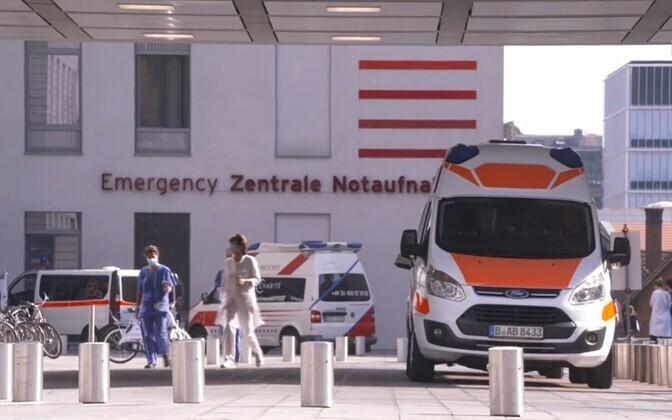 Машины скорой помощи перед берлинской клиникой Charite.