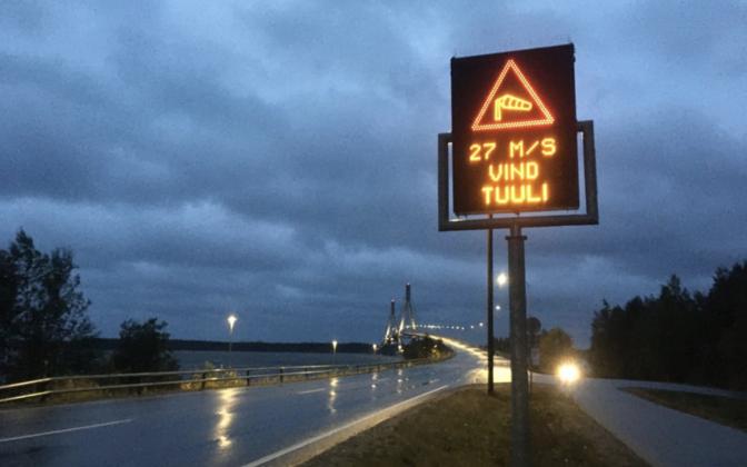 Tuule kiiruse märk Raippaluodo silla juures.