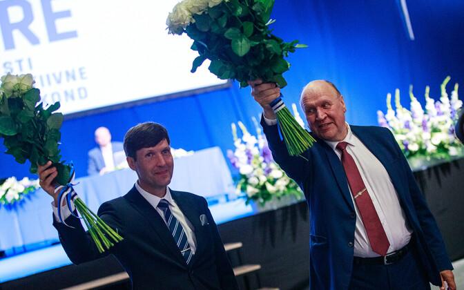 Martin ja Mart Helme EKRE kongressil, kus isa andis erakonna juhtimise üle pojale.