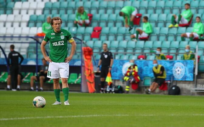 Konstantin Vassiljev (FC Flora) preparing to take a free kick against FK Suduva.
