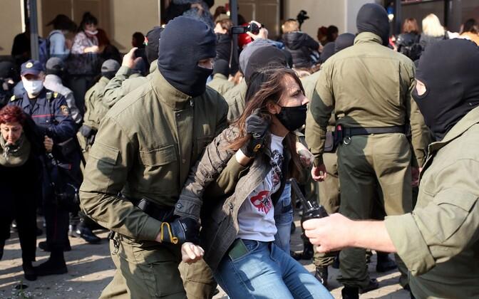 Valgevene miilitsad meeleavaldajate kallal vägivallatsemas.