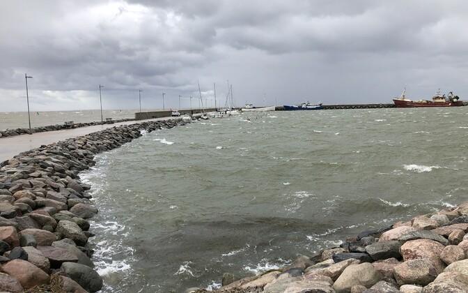 Шторм в порту Рохукюла.