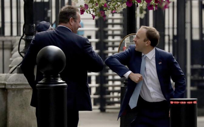 Tervishoiuminister Matt Hancock (paremal) Downing Streetil kolleegi ajastule kohaselt tervitamas.